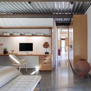 На фото: спальня в стиле лофт с белыми стенами, бетонным полом и серым полом