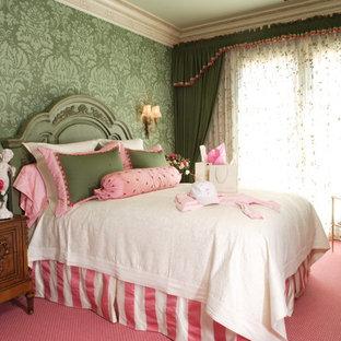 Diseño de habitación de invitados clásica, grande, con paredes verdes, moqueta y suelo rosa