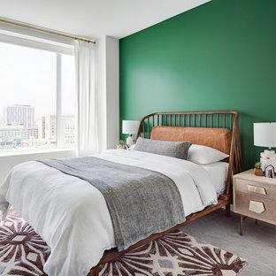 Неиссякаемый источник вдохновения для домашнего уюта: большая гостевая спальня в стиле ретро с зелеными стенами, ковровым покрытием и серым полом