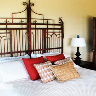 Foto de habitación de invitados tropical, de tamaño medio, sin chimenea, con paredes beige, suelo de baldosas de terracota y suelo rojo