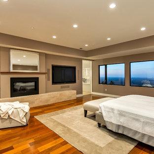 Пример оригинального дизайна: хозяйская спальня в стиле модернизм с коричневыми стенами, темным паркетным полом, стандартным камином, фасадом камина из бетона и коричневым полом