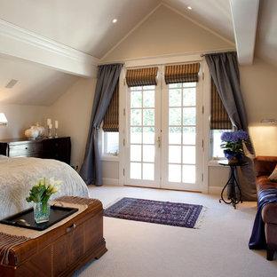 Ejemplo de dormitorio tradicional con paredes beige y moqueta