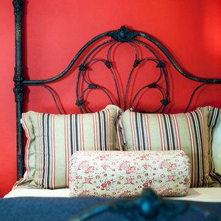 Modelo de habitación de invitados de tamaño medio con paredes rojas