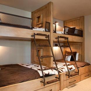 Exempel på ett rustikt sovrum, med beige väggar och heltäckningsmatta