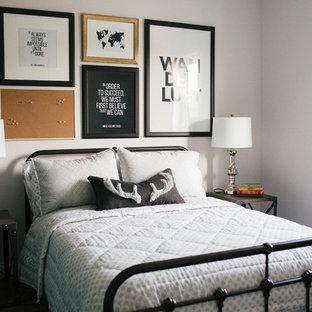 Idée de décoration pour une chambre d'amis urbaine avec un mur blanc.