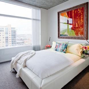 Idee per una camera matrimoniale moderna di medie dimensioni con pareti bianche, moquette e pavimento grigio