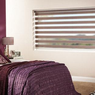 デンバーの大きいコンテンポラリースタイルのおしゃれな主寝室 (ピンクの壁、カーペット敷き、暖炉なし、茶色い床) のレイアウト