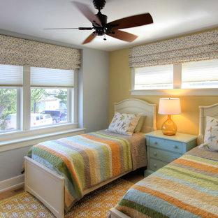 Imagen de dormitorio costero, de tamaño medio, con paredes amarillas, moqueta y suelo amarillo