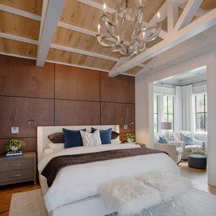 Modelo de dormitorio principal, abovedado y madera, marinero, madera, sin chimenea, con paredes marrones, suelo de madera en tonos medios y madera
