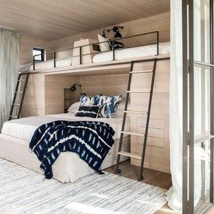 チャールストンのビーチスタイルのおしゃれなゲスト用寝室 (ベージュの壁、無垢フローリング、茶色い床) のレイアウト