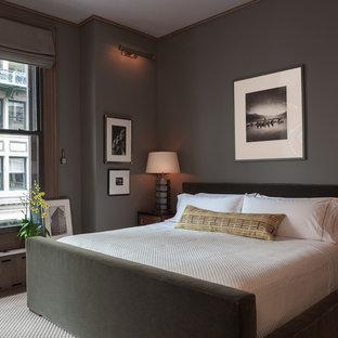 На фото: хозяйская спальня в современном стиле с серыми стенами, ковровым покрытием и разноцветным полом без камина с