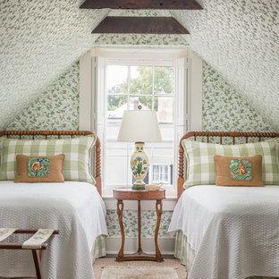 Esempio di una camera degli ospiti chic con pareti multicolore, moquette e pavimento beige