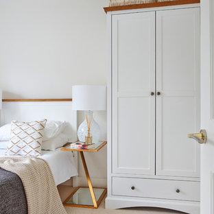Пример оригинального дизайна: спальня в стиле кантри с белыми стенами, ковровым покрытием и бежевым полом