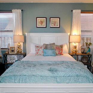 他の地域の中サイズのビーチスタイルのおしゃれな主寝室 (青い壁、スレートの床、マルチカラーの床)