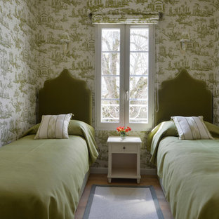 Inspiration pour une chambre d'amis traditionnelle avec un mur vert.