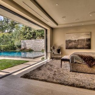 Неиссякаемый источник вдохновения для домашнего уюта: большая хозяйская спальня в стиле модернизм с бежевыми стенами и полом из известняка