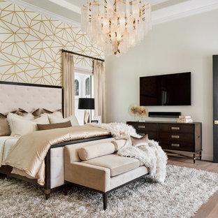 オースティンの大きいトランジショナルスタイルのおしゃれな主寝室 (白い壁、淡色無垢フローリング、茶色い床) のレイアウト