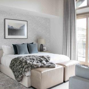 Ejemplo de dormitorio rústico con paredes blancas, moqueta y suelo blanco