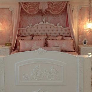 Foto di una grande camera matrimoniale chic con pareti rosa, pavimento in legno verniciato, camino classico e cornice del camino in pietra