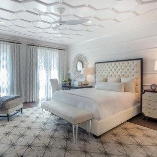 Esempio di una camera matrimoniale chic di medie dimensioni con pareti bianche, parquet scuro e angolo studio