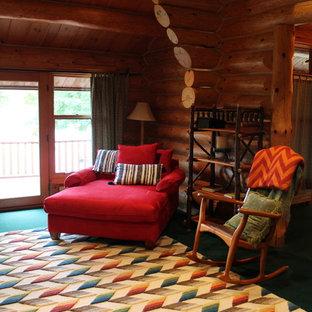 Immagine di una camera matrimoniale rustica con pareti marroni, moquette, camino classico e pavimento verde