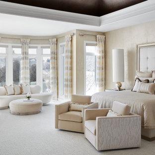 Geräumiges Modernes Hauptschlafzimmer mit weißer Wandfarbe, Teppichboden, weißem Boden und eingelassener Decke in Chicago
