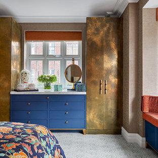 Стильный дизайн: хозяйская спальня в стиле фьюжн с коричневыми стенами, ковровым покрытием и разноцветным полом без камина - последний тренд