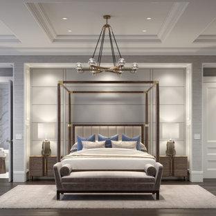 Modelo de dormitorio principal, casetón y papel pintado, tradicional renovado, grande, papel pintado, con paredes grises, suelo de madera en tonos medios y papel pintado