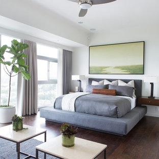 Ejemplo de dormitorio contemporáneo con paredes blancas y suelo de madera oscura