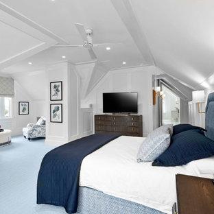 Foto på ett vintage sovrum, med vita väggar, heltäckningsmatta och blått golv