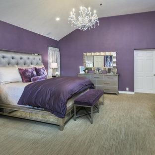 Foto de dormitorio principal, tradicional renovado, grande, sin chimenea, con paredes púrpuras