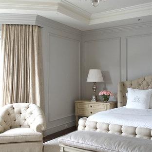 Idéer för ett stort klassiskt huvudsovrum, med grå väggar, heltäckningsmatta, en standard öppen spis och en spiselkrans i trä
