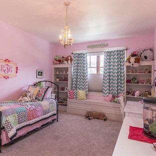 Diseño de dormitorio de estilo americano con paredes rosas, moqueta y suelo blanco