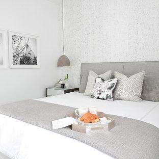 Kleines Modernes Hauptschlafzimmer ohne Kamin mit weißer Wandfarbe, Laminat und grauem Boden in Vancouver