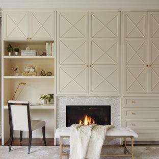 Неиссякаемый источник вдохновения для домашнего уюта: большая хозяйская спальня в классическом стиле с ковровым покрытием, белым полом, стандартным камином и фасадом камина из плитки