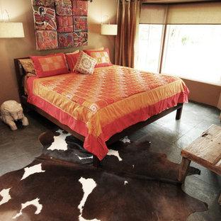 Пример оригинального дизайна: хозяйская спальня в стиле фьюжн с бежевыми стенами и полом из сланца