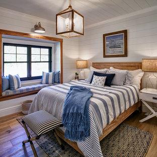 他の地域の中くらいのビーチスタイルのおしゃれな客用寝室 (白い壁、無垢フローリング、茶色い床、塗装板張りの天井、塗装板張りの壁)