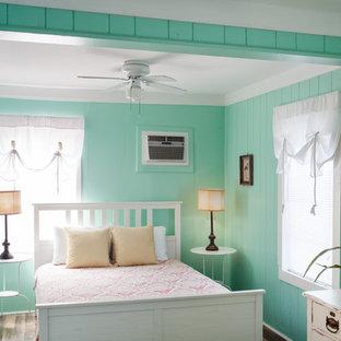 Ejemplo de dormitorio principal, costero, pequeño, con paredes verdes y suelo vinílico