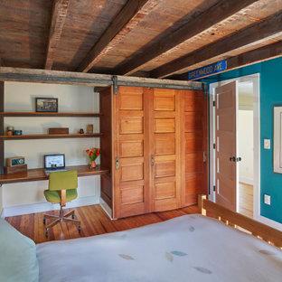 Imagen de habitación de invitados ecléctica, de tamaño medio, sin chimenea, con suelo de madera clara y suelo naranja