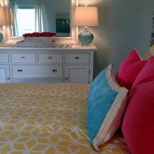 Ispirazione per una piccola camera degli ospiti costiera con pareti blu, pavimento in gres porcellanato, nessun camino e pavimento multicolore