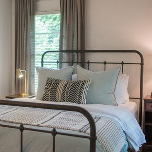 Idee per una piccola camera da letto eclettica con pareti bianche, pavimento in legno massello medio e pavimento giallo