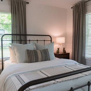 Imagen de dormitorio bohemio, pequeño, con paredes blancas, suelo de madera en tonos medios y suelo amarillo