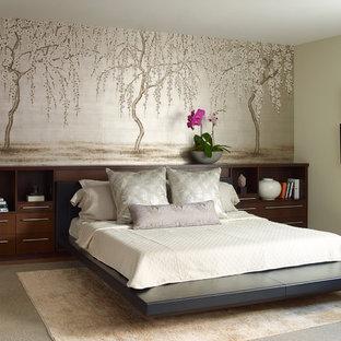 Asiatisches Hauptschlafzimmer mit grüner Wandfarbe, hellem Holzboden und beigem Boden in New York
