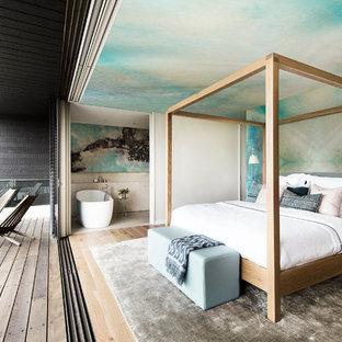 Cette photo montre une chambre tendance de taille moyenne avec un mur bleu et un sol gris.