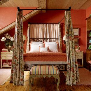 Idee per una camera da letto mediterranea con pareti rosse e pavimento in legno massello medio
