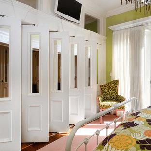 Diseño de dormitorio principal, clásico, con paredes verdes