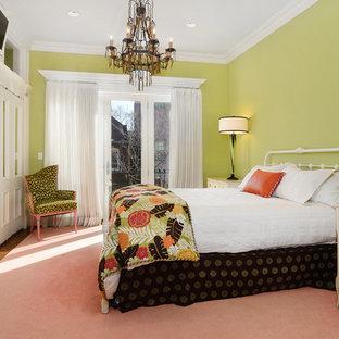 Imagen de dormitorio principal, tradicional, sin chimenea, con paredes verdes y suelo rosa