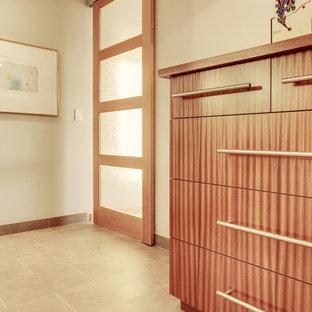 Imagen de dormitorio principal, moderno, con suelo de baldosas de porcelana