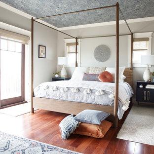 Diseño de dormitorio papel pintado, tradicional renovado, con paredes grises, suelo de madera en tonos medios, suelo marrón y papel pintado