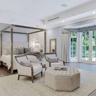 マイアミのトランジショナルスタイルのおしゃれな主寝室 (グレーの壁、濃色無垢フローリング、茶色い床)